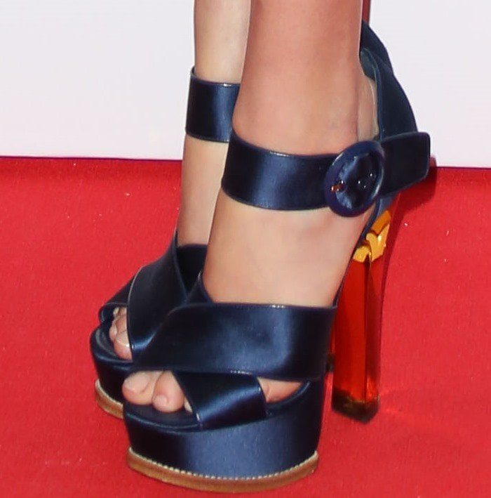 Arizona Muse shows off her feet in Louis Vuitton shoes