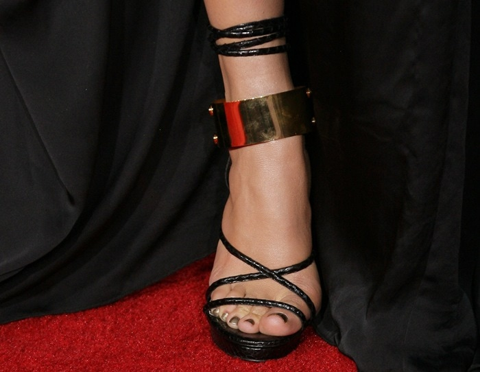Jennifer Lopez displayed her sexy toes on the red carpet
