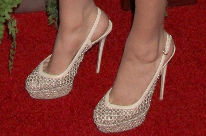 Kate Upton shows off her pretty feet in nude shoes
