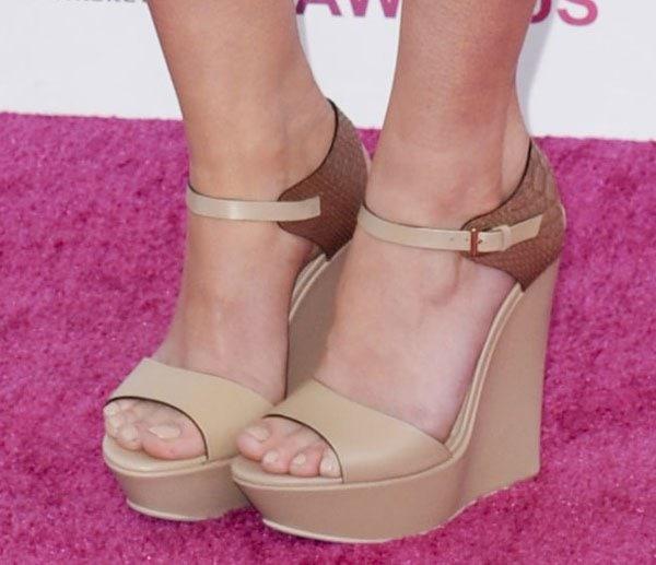 Mary Elizabeth Winstead's feet in platform wedges