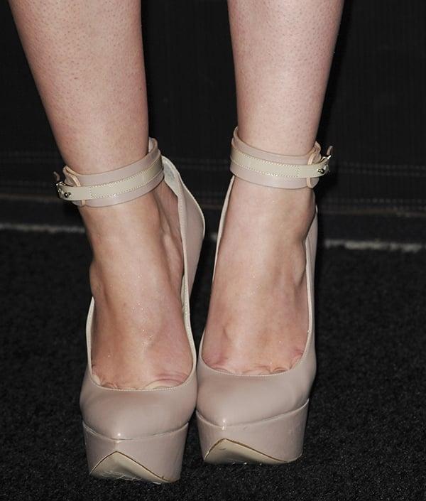 "Mary Elizabeth Winstead's toe cleavage inRuthie Davis ""Linden"" platform pumps"