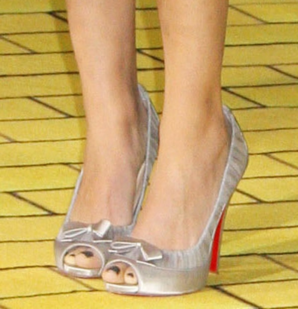 "Mila Kunis' hot feet in Christian Louboutin ""Angelique"" pumps"