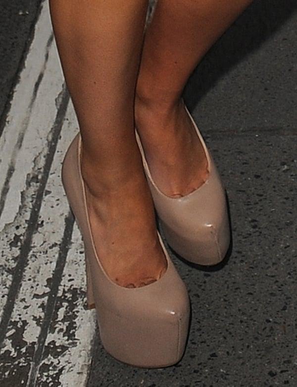 "Mollie King's toe cleavage in Steve Madden ""Dejavu"" nude pumps"