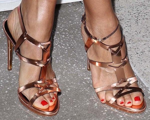 Rashida Jones'feet in Rupert Sanderson sandals