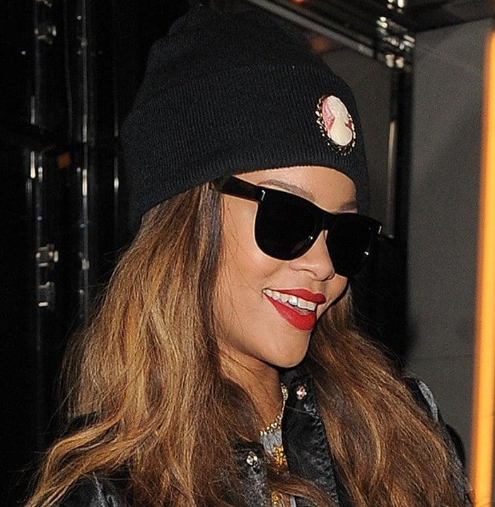 Rihanna wearinga black beanie