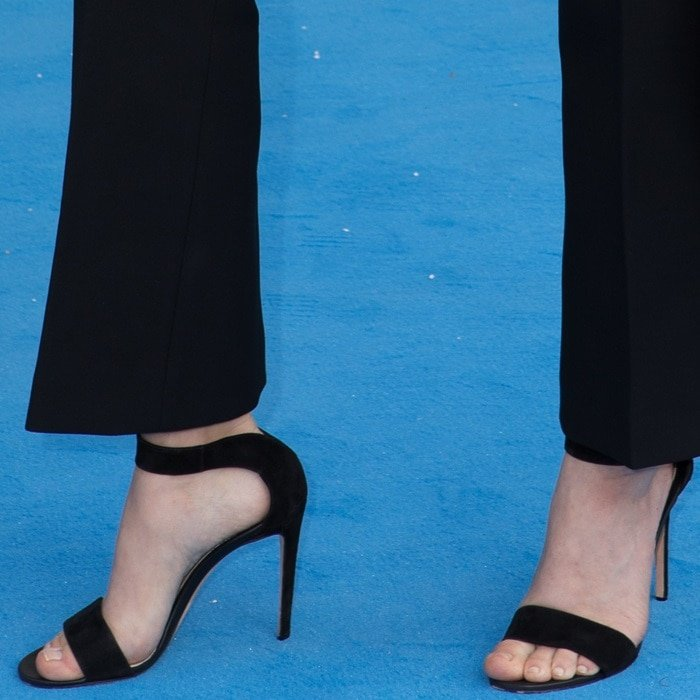 Amanda Seyfried showed off her beautiful feet in black sandals