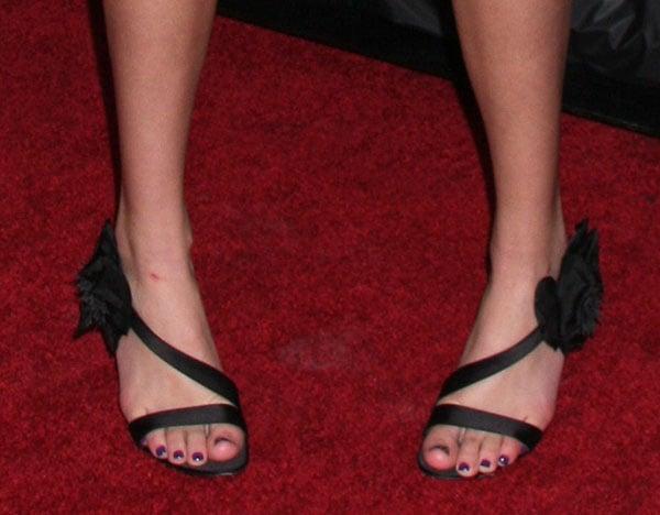 Bella Thorne's pretty feet in black heels