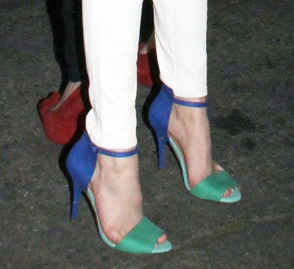 Bella Thorne showed off her feet in Zara sandals
