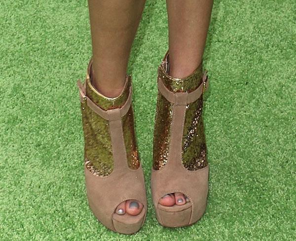 Bella Thorne's beautiful toes in Steve Madden