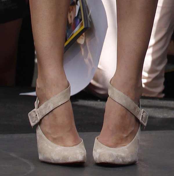 """Diane Kruger shows off her feet in gray Christian Louboutin """"Miyousra"""" pumps"""