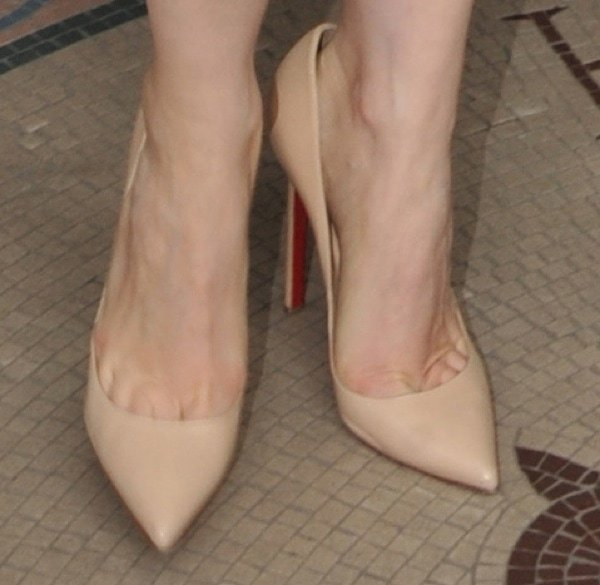 Jessica Chastain showing toe cleavage in nude leather Pigalle pumps