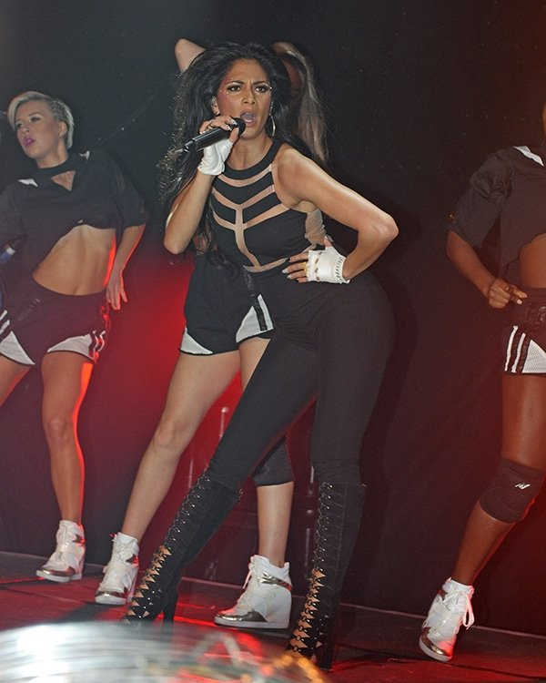 Nicole Scherzinger looked hot as she performed her single and some old favorites