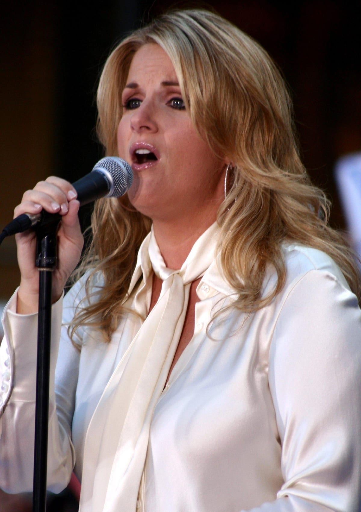 """Trisha Yearwood recorded """"How Do I Live"""" on her first compilation (Songbook) A Collection of Hits"""