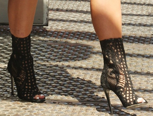 Pregnant Kim Kardashian in black Balmain heeled boots