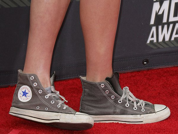 Caitlin Gerard in Converse All Star sneakers