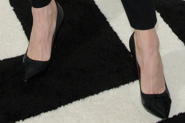 Chelsea Handler shows off her feet in black pointed-toe pumps