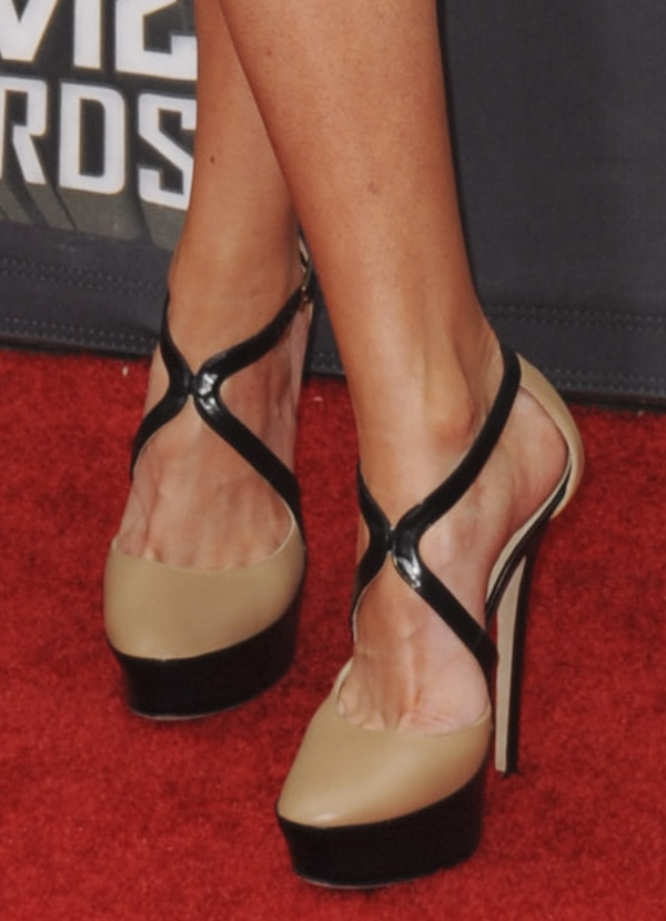 Desi Lydic in black/nude sandals