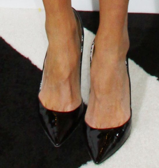 Giuliana Rancic reveals toe cleavage in a black pointed-toe pumps