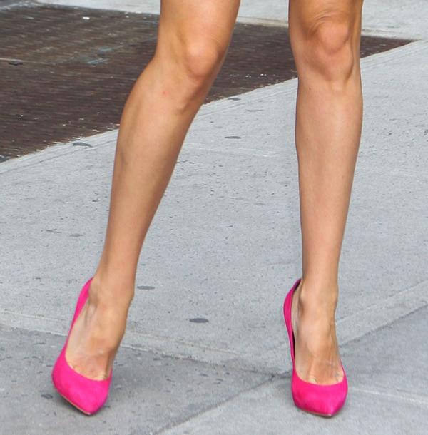Kate Hudson flaunts her legs in pink high heel pumps