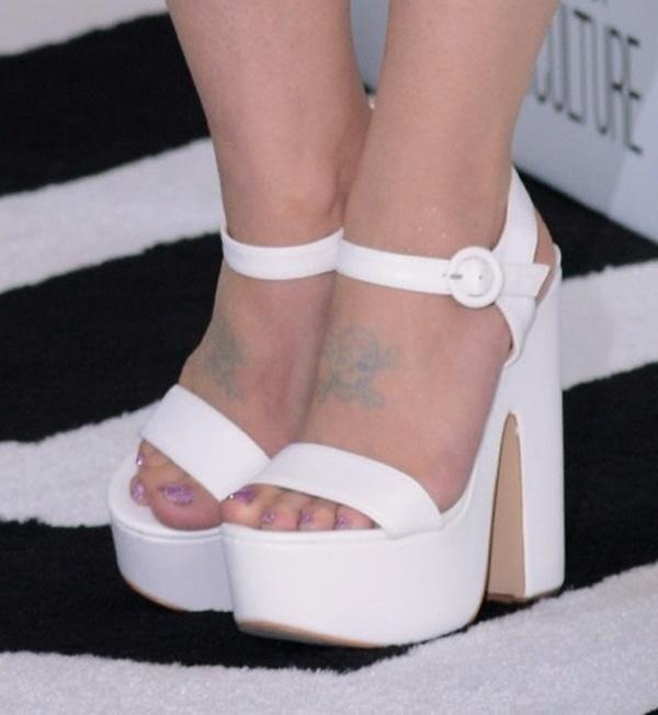 "Kelly Osbourne's hot feet in white Aldo ""Mardis"" platforms"