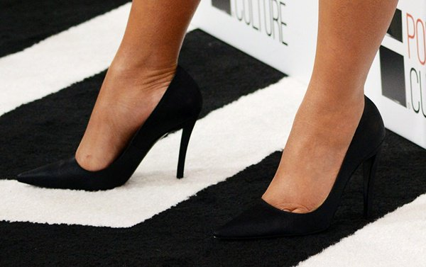 Kim Kardashian shows off her feet in black pointed-toe pumps