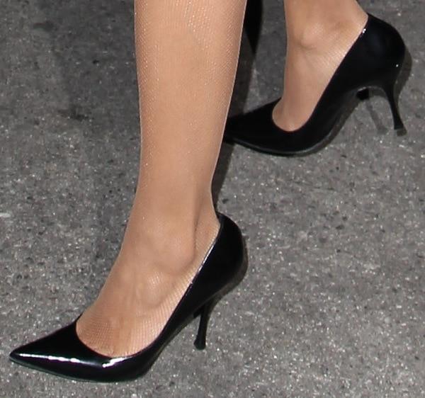 Rosario Dawson's pantyhose and simple black pumps
