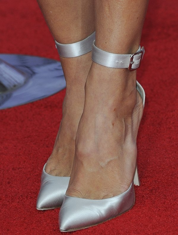 Stephanie Szostak shows toe cleavage in pointy shoes