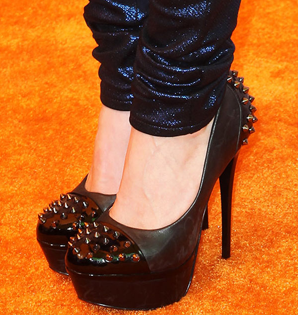 Avril Lavigne shows off her feet in black high heels
