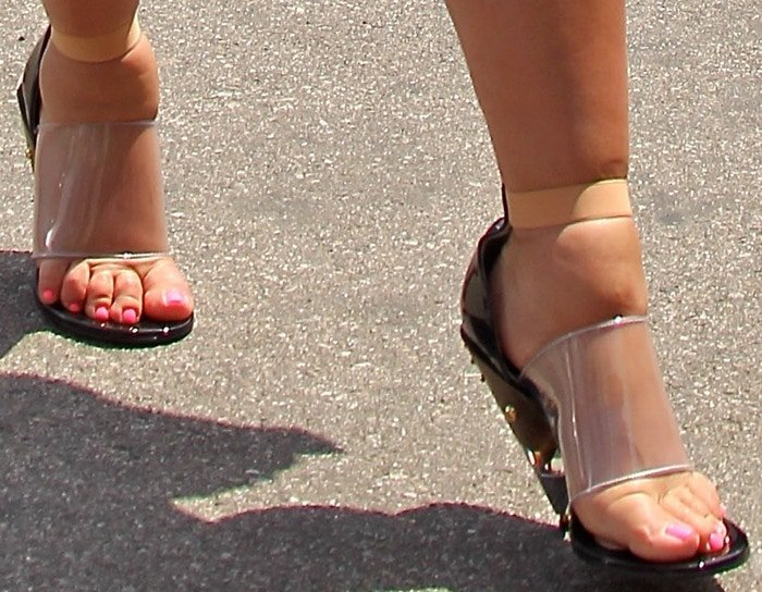 Pregnant Kim Kardashian torturing her swollen feet