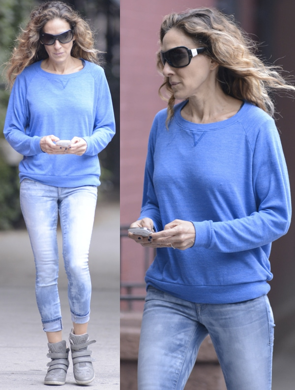 Sarah Jessica Parker infaded and cuffed skinnies and a pretty but simple blue pullover