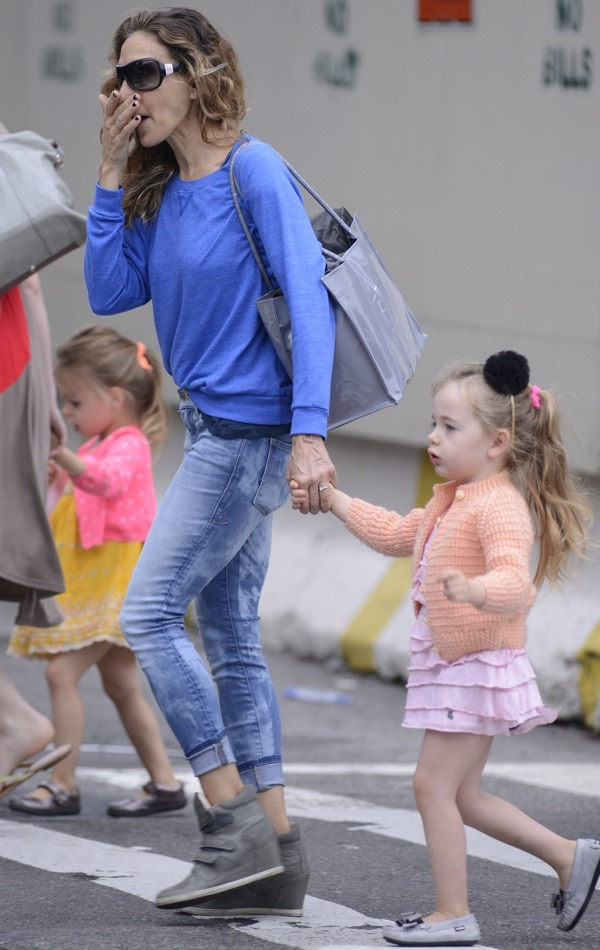 Sarah Jessica Parker takes her twin daughters to school