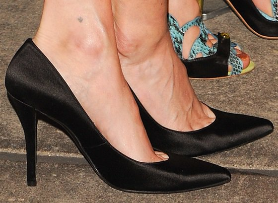 Lake Bell shows off her feet inblack pointy pumps from Stuart Weitzman