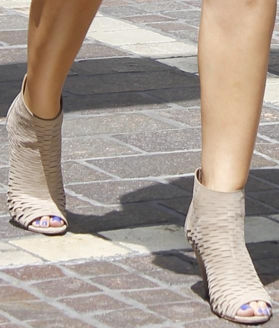 Maria Menounos wearingwearing ankle-grazing booties