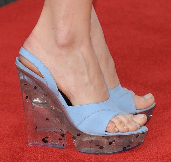 Debby Ryan displayed her toes on the red carpet