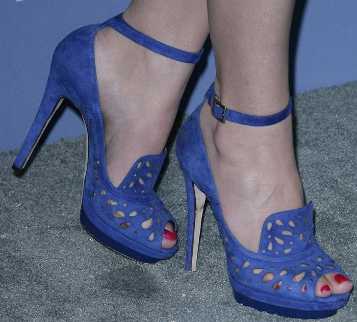 Hailee Steinfeld shows off her perfect feet in blue Kalan sandals