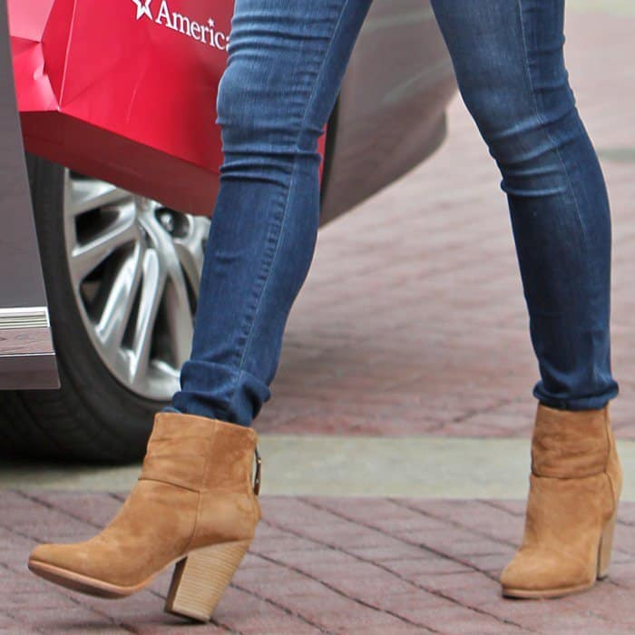 Jennifer Garner wearing a pair of caramel stacked-heel booties with jeans and a blazer
