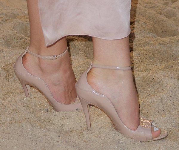 Katharine McPhee shows why you should quit wearing heels to the beach