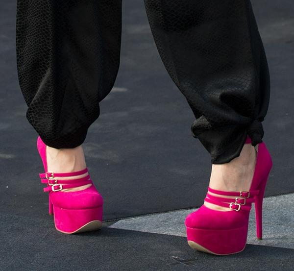 Natasha Bedingfield's feet inpink platform pumps by Luichiny
