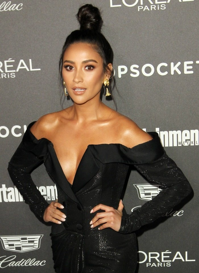 Shay Mitchell's black hardstone and gold earrings at Entertainment Weekly's Pre-SAG Awards Party held at the Chateau Marmont in Los Angeles on January 26, 2019