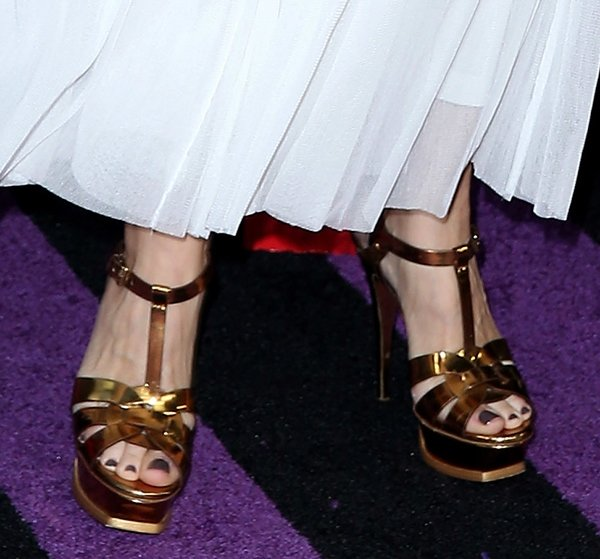 Sheryl Crow displays her size 8.5 (US) feet in high heel shoes