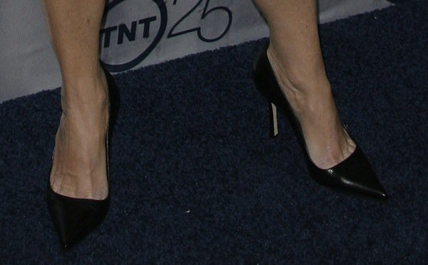 Mary McDonnell reveals toe cleavage in classic black pumps