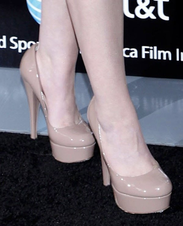 Abigail Breslin shows off her feet in nude platform pumps
