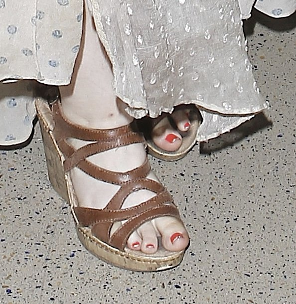 """Abigail Breslin displays her toes in """"Brygida"""" wedge sandals from BOC by Born"""