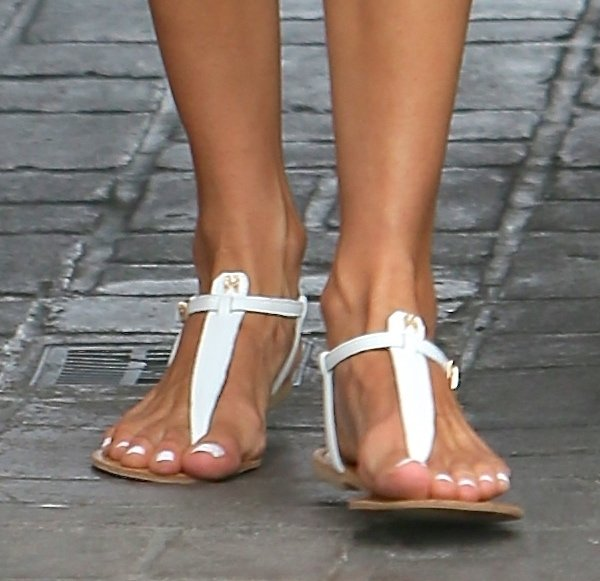 Alessandra Ambrosio S Long Legs In Supermodel Essentials T