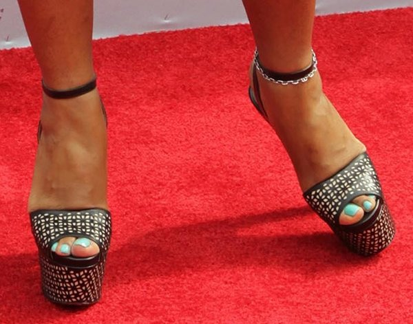 India Arie showed off her feet in black sandals by Alaia