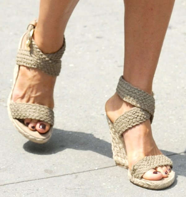 Jennifer Aniston shows off her pretty toes