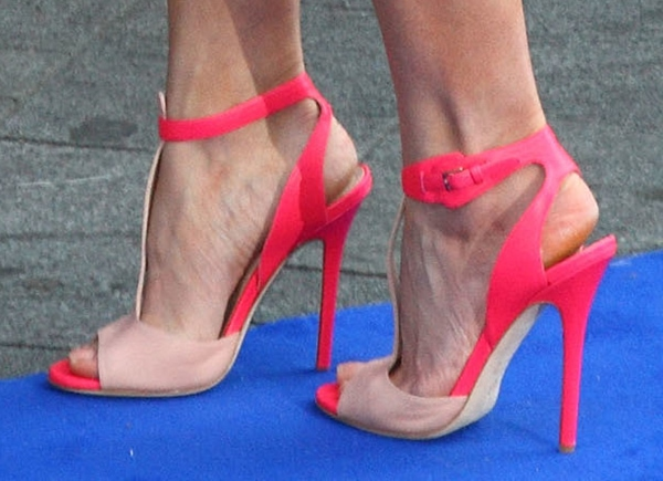 Rosamund Pike shows off her feet intwo-tone hot and pastel pink heels