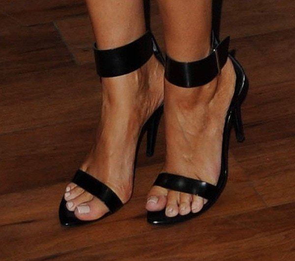 Chloe Sims shows off her pretty feet in black sandals