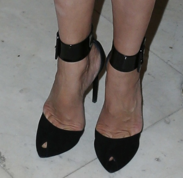 Uma Thurman tortures her feet in Saint Laurent Paris pumps