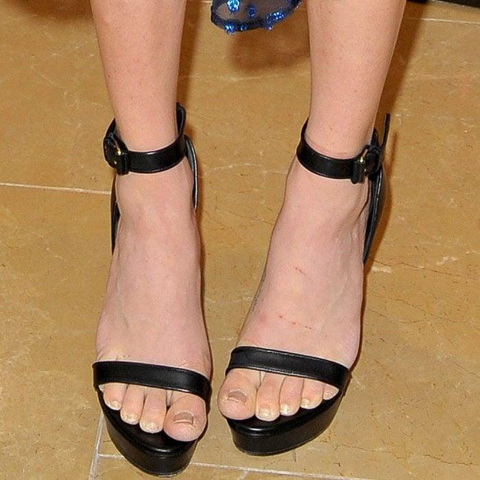 Amanda Seyfried's toenails looking much neater